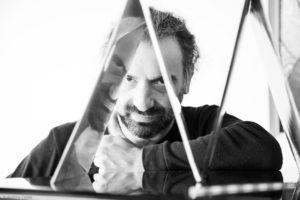"""Stefano Bollani porta il suo """"Concerto Azzurro"""" al Teatro Carlo Felice"""