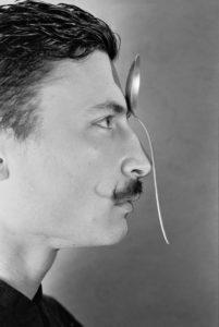"""Un mix di circo contemporaneo, illusionismo, musica e letteratura: """"L'uomo Calamita"""""""