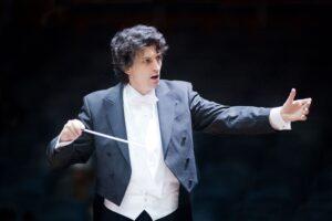 Michael Sanderling dirige l'Orchestra Sinfonica di Milano sulle note di Čajkovskij